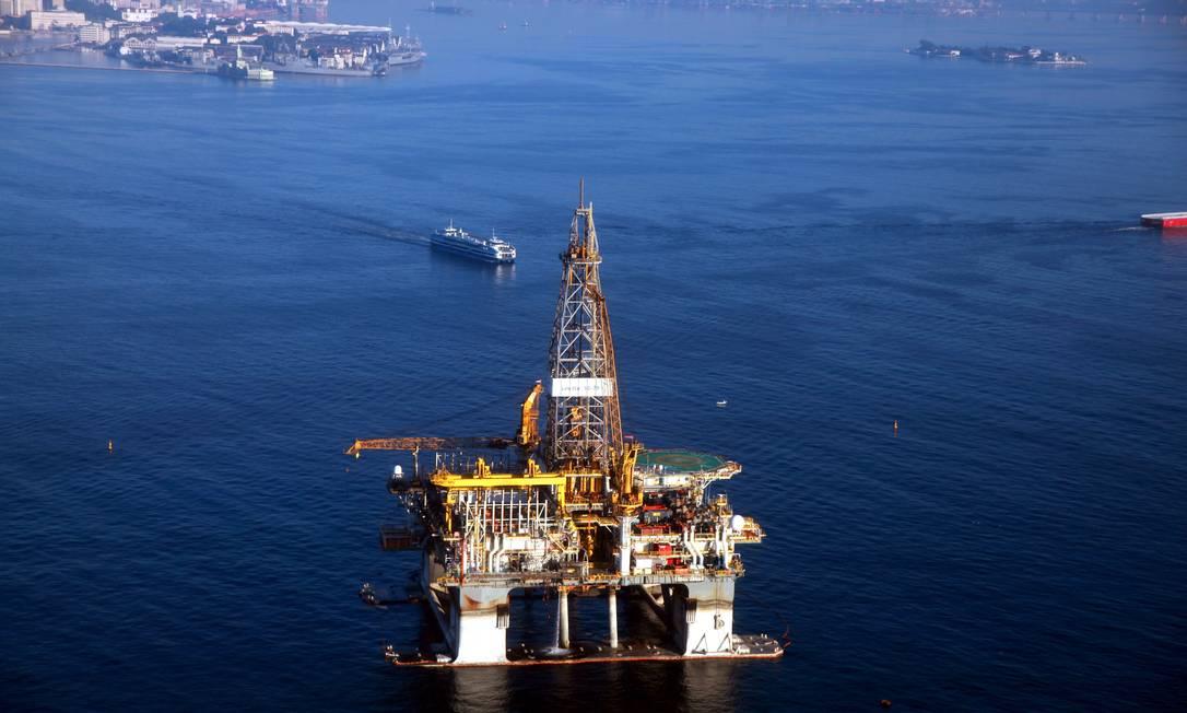 Plataforma de petróleo na Baía de Guanabara Foto: Genílson Araújo / Agência O Globo