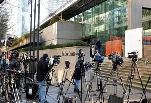 A imprensa se posiciona do lado de fora da Suprema Corte de Britsh Columbia, no Canadá, aguardando o resultado da audiência que decidirá sobre a prisão da executiva da Huawei Foto: DAVID RYDER / REUTERS