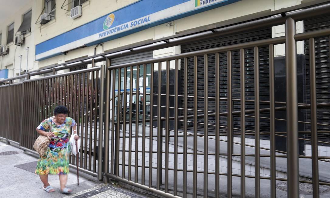 Agência da Previdência Social na Avenida Nossa Senhora de Copacabana, no Rio Foto: Marcio Alves / Agência O Globo