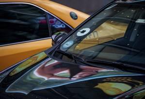 Um táxi e um Uber durante o horário de rush na Times Square, NY Foto: DAMON WINTER / NYT