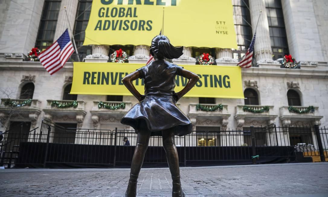 A estátua A Garota Destemida já está em endereço novo,em frente à Bolsa de NY Foto: Drew Angerer / AFP