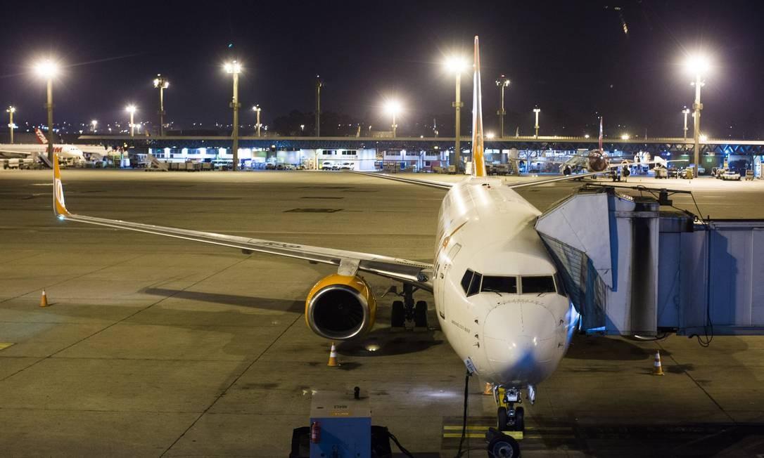 Aeroporto de Guarulhos tem longas filas e cancelamentos pelo 3º dia neste sábado