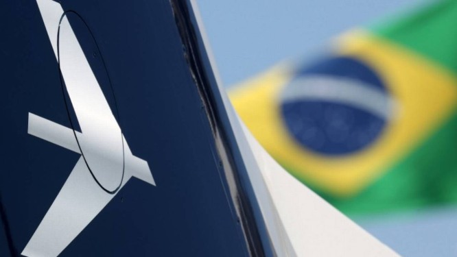O logotipo da empresa brasileira de aviação Embraer é visto durante a Conferência Latino-Americana de Aviação Executiva Foto: Reuters