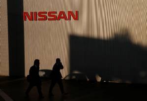 Homem caminha em frente à sede da Nissan em Yokohama, Japão. Ghosn conquistou fama no setor automotivo ao salvar a montadora japonesa da falência Foto: KIM KYUNG-HOON / REUTERS