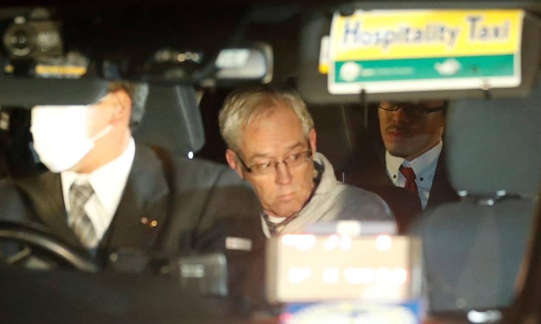Greg Kelly, braço direito de Carlos Ghosn na Nissan, deixa a prisão de táxi, em Tóquio, após pagar fiança Foto: KIM KYUNG-HOON / REUTERS