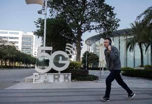 Homem caminha em frente à sede da Huawei, em Shenzhen, na China Foto: NICOLAS ASFOURI / AFP