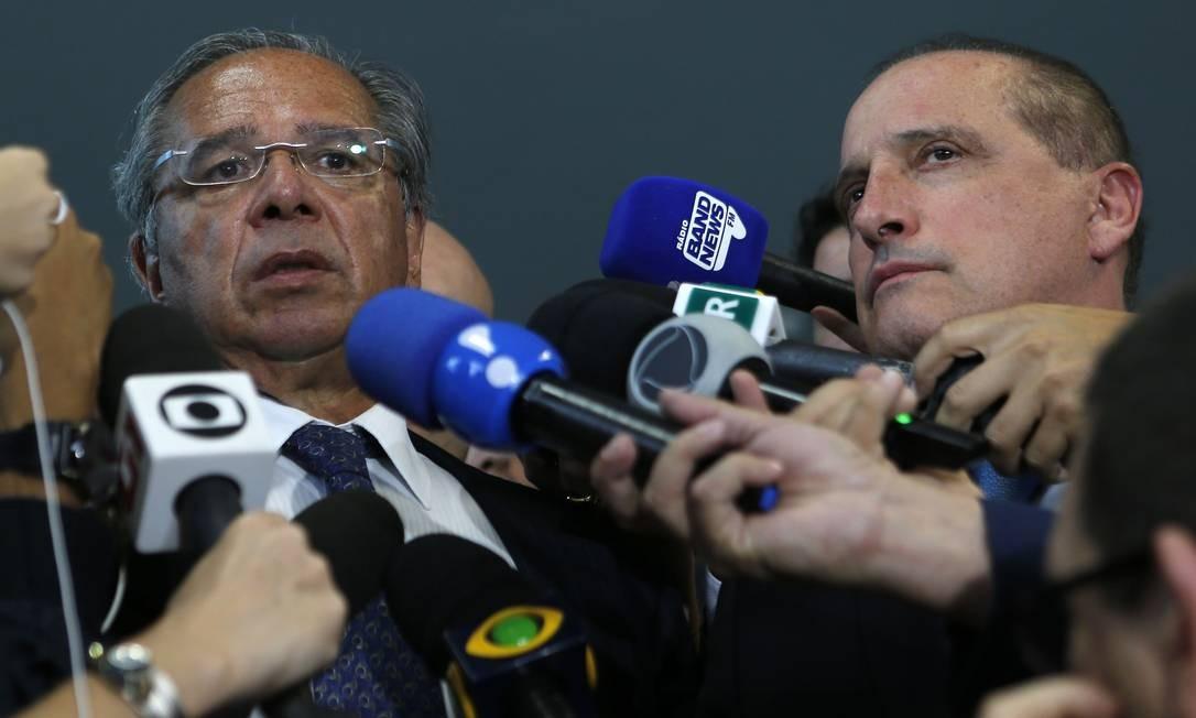 Os ministros Paulo Guedes (Economia) e Onyx Lorenzoni (Casa Civil) concedem entevista coletiva após reunião no Ministério da Economia Foto: Jorge William / Agência O Globo