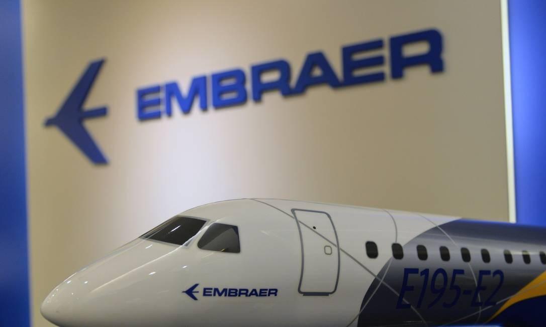 Um jato Embraer E195-E2 é exposto em um escritório da Embraer Asia-Pacífico, em Cingapura Foto: ROSLAN RAHMAN / Agência O Globo