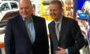 O CEO da Ford, Jim Hackett, posa ao lado do CEO da Ford Motors, Herbert Diess em Detroit Foto: BEN KLAYMAN / REUTERS