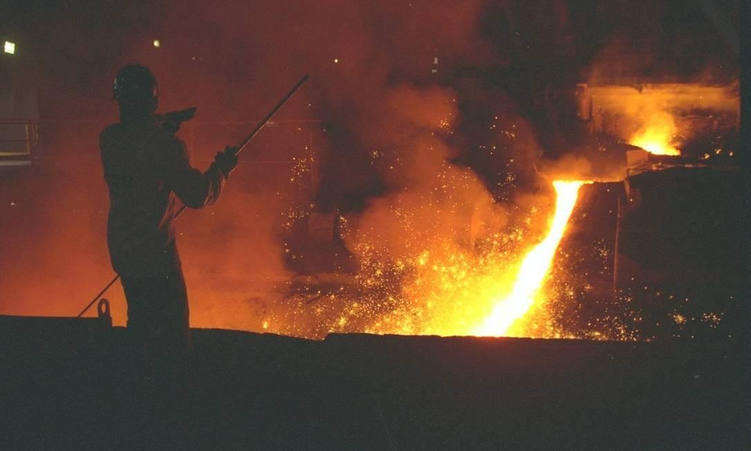 O minério é o principal insumo para a produção do aço, usado em praticamente tudo na indústria, da fabricação de aviões a lâminas de barbear Foto: Custódio Coimbra / Agência O Globo