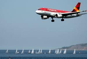 Aeronave da Avianca sobre a Baía de Guanabara, no Rio Foto: Vanderlei Almeira / AFP