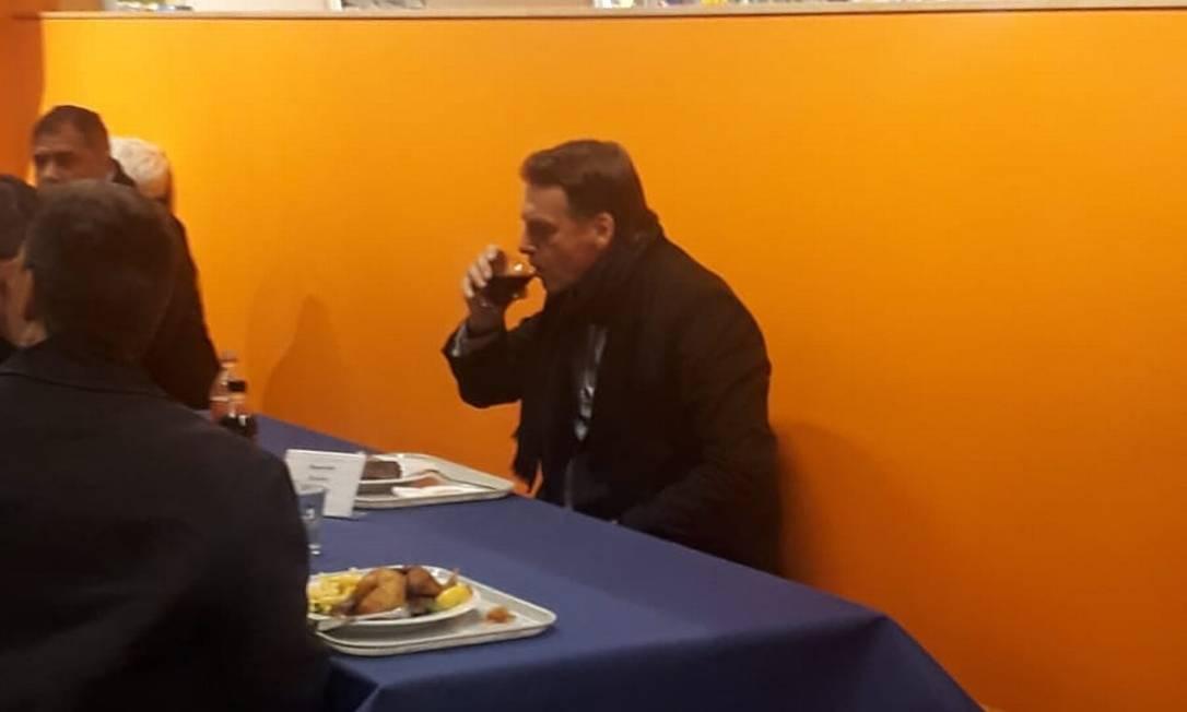 O presidente Jair bolsonaro almoçando no restaurante de um supermercado no Centro de Davos Foto: Daniel Rittner