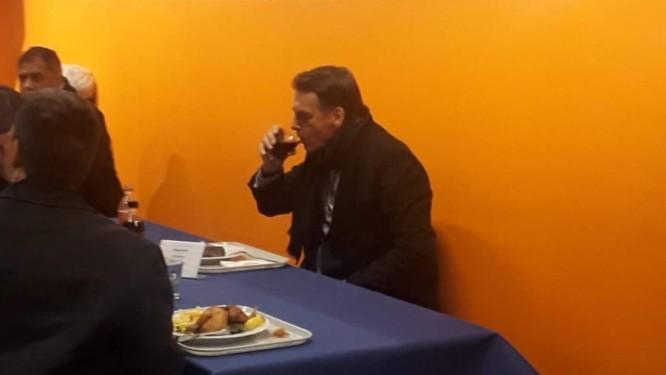 Resultado de imagem para Bolsonaro almoça em 'bandejão' antes de discursar em Davos