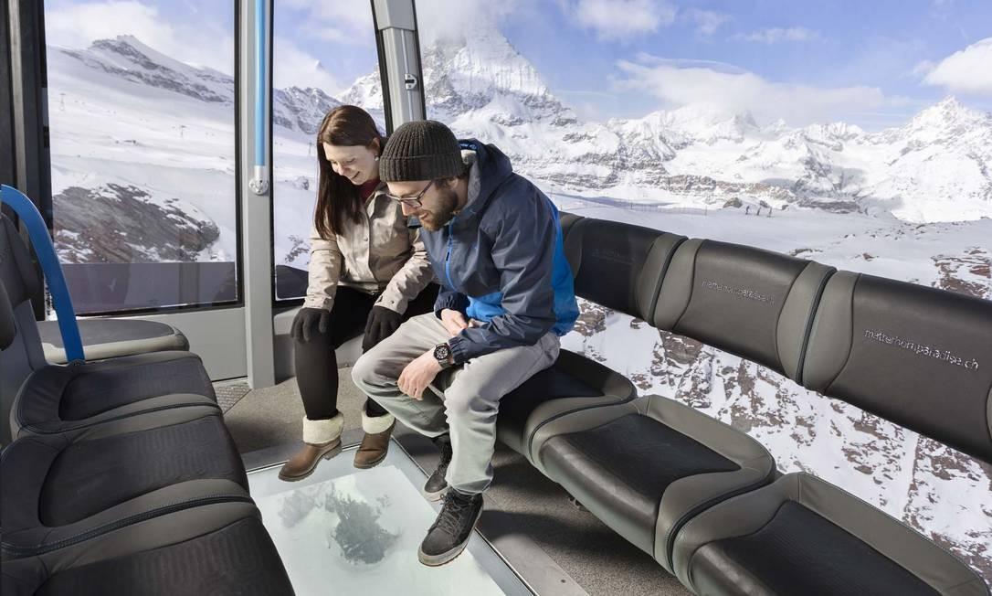 As cabines do teleférico têm exterior da Swarovksi, pisos de vidro fosco que se tornam transparentes quando o bondinho chega a 170 metros de altura Foto: Pedro Rodrigues / Divulgação Matterhorn Glacier Ride