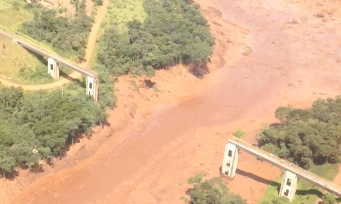 Vista aérea de uma ponte rompida em Brumadinho Foto: SOCIAL MEDIA / REUTERS