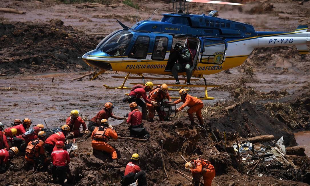 Helicóptero dá suporte ao trabalho das equipes de resgate em Brumadinho Foto: MAURO PIMENTEL / AFP