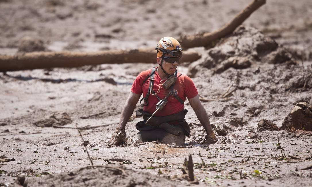 Bombeiros fazem buscas na área próxima à pousada Nova Estância, em Brumadinho, destruída pelo rompimento da barragem Foto: Márcia Foletto / Agência O Globo