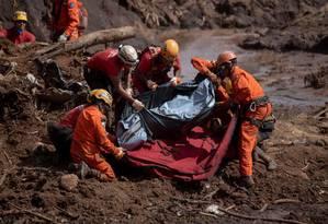 Equipes de resgate recuperam o corpo de uma das vítimas do rompimento da barragem da Vale em Brumadinho Foto: MAURO PIMENTEL / AFP