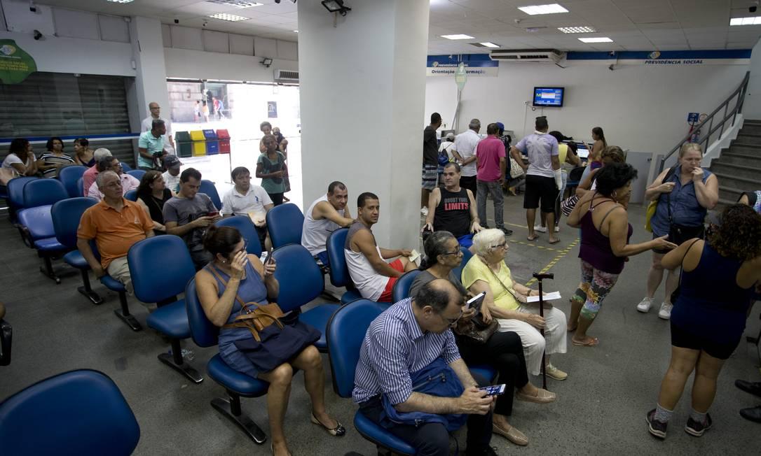 Movimento nas agências do INSS: prazo de espera para concessão de aposentadoria é de quase 60 dias Foto: Márcia Foletto / Agência O Globo