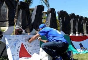 O letreiro de Brumadinho foi coberto por sacos pretos com cruzes brancas para representar as vítimas do rompimento da barragem da Vale Foto: Washington Alves / Reuters