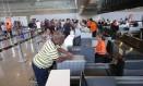 Fiscalização no Aeroporto Internacional Antonio Carlos Jobim (Galeão), no Rio. Foto: Márcio Alves / Agência O Globo