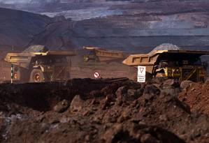 Caminhões carregados de minério de ferro Foto: Dado Galdieri / Arquivo