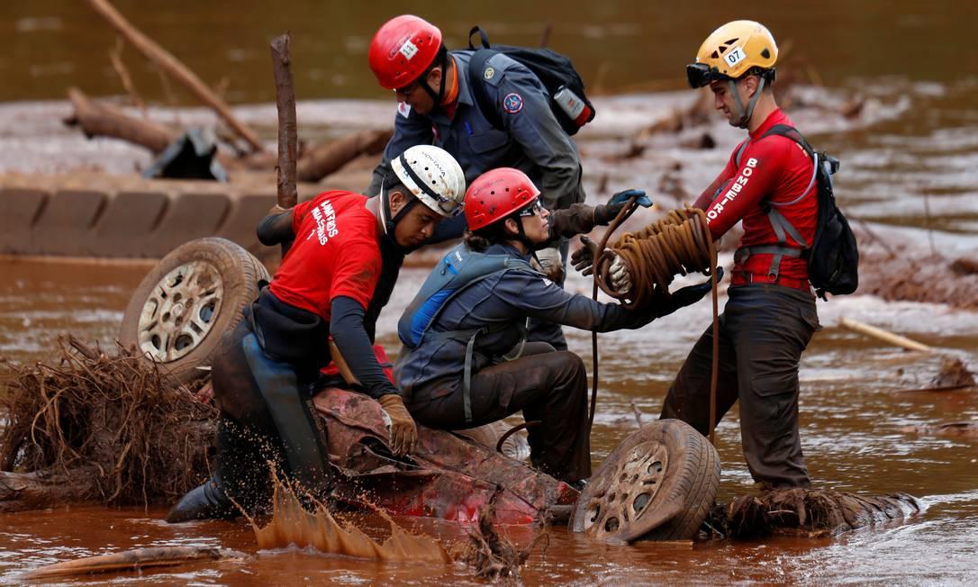 Equipes de resgate buscam por vítimas do rompimento da barragem da Vale em Brumadinho. Foto: ADRIANO MACHADO / REUTERS
