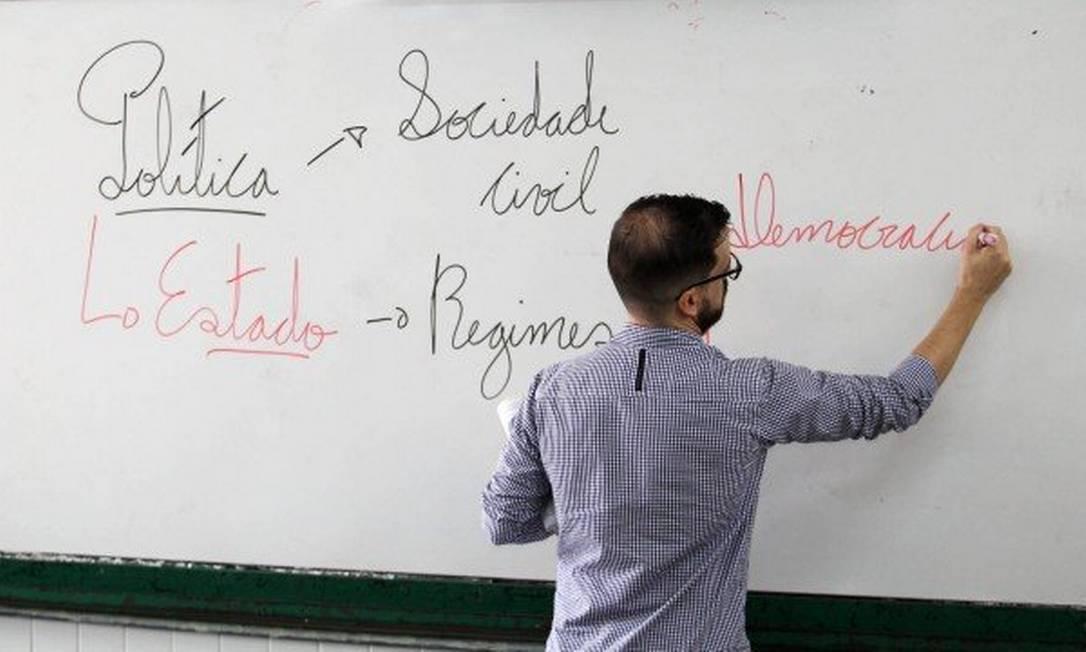 Professor em sala de aula Foto: Jorge William / Agência O Globo