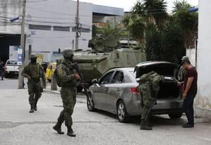 Militares do exército e da Marinha fazem operação no Morro do São Carlos, no bairro do Rio Comprido, Rio Foto: Pablo Jacob / Pablo Jacob