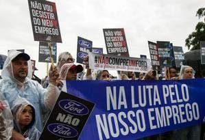 Funcionários da Ford fazem manifestação na porta da fábrica de São Bernardo do Campo, que deve ser fechada pela montadora Foto: MIGUEL SCHINCARIOL / AFP