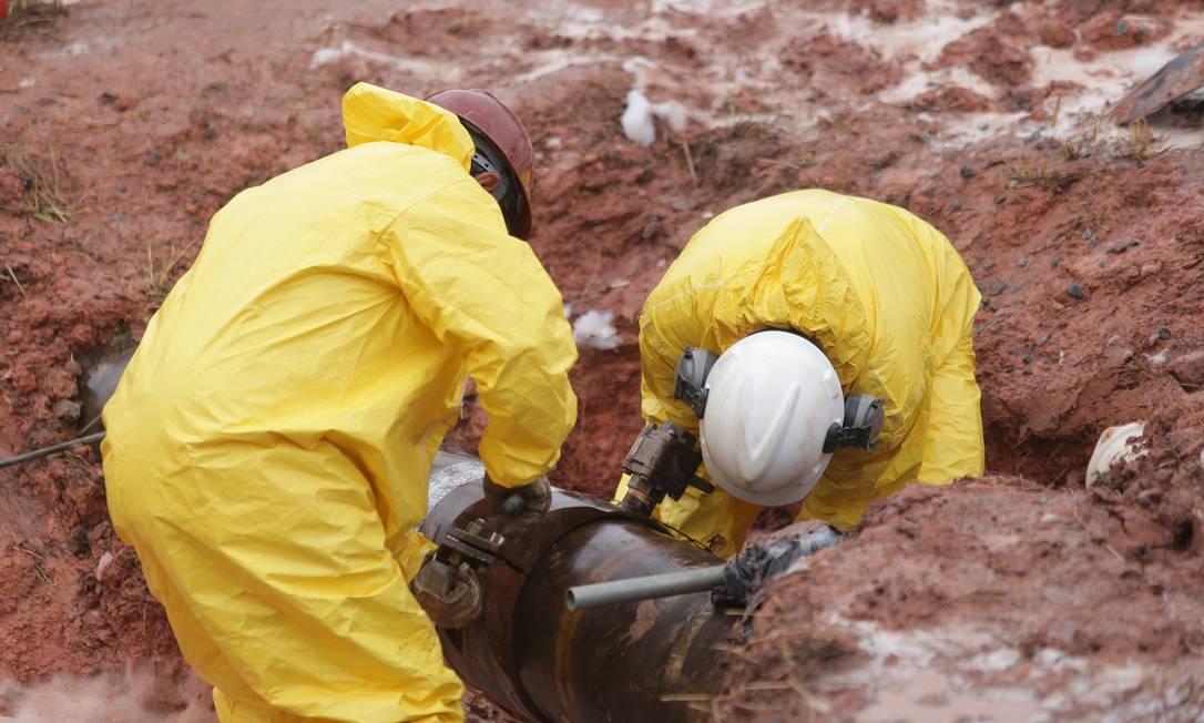Em testes simulados, funcionários da Transpetro fecham ligação clandestina de duto de petróleo Foto: Divulgação / Agência O Globo