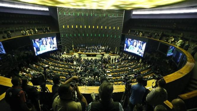 Medida, chamada informalmente de PEC do pacto federativo, desvincula e desindexa as despesas do Orçamento Foto: Agência O Globo