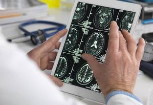 Associação de Medicina Brasileira acha que consultas virtuais implementadas por planos de saúde não são bom exemplo de telemedicina Foto: Tek Image/Getty Images/Science Photo