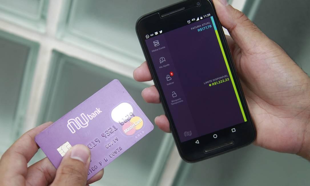 Cartão Nubank, que não é ligado a nenhum banco e solicitado por aplicativo no celular Foto: Urbano Erbiste : Urbano Holanda Erbiste / Agência O Globo