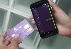Cartão Nubank, que não é ligado a nenhum banco e solicitado por aplicativo no celular Foto: Urbano Erbiste / Agência O Globo