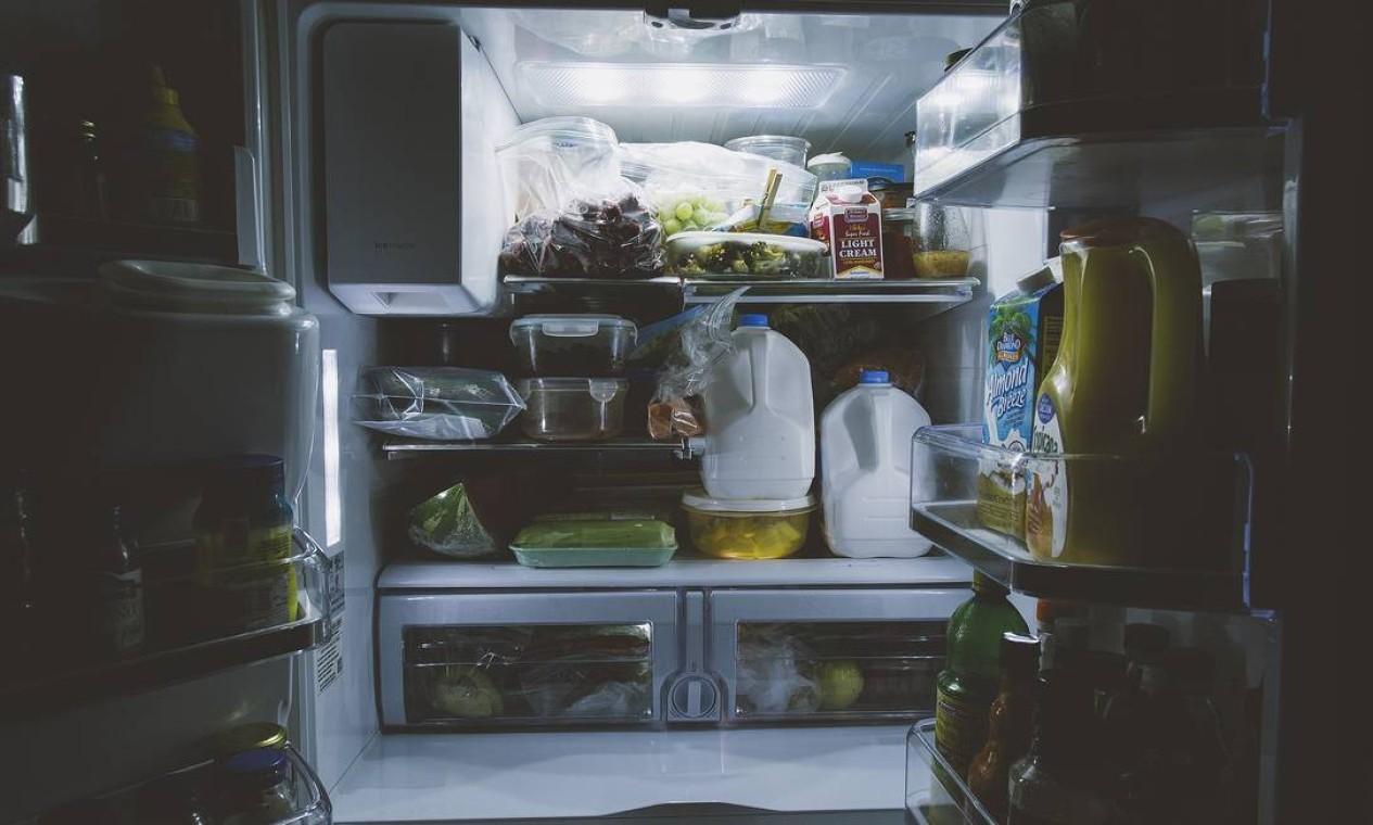 Quando a porta fica muito tempo aberta, o motor funcionará mais, gastando mais energia. É importante também manter a borracha de vedação da porta da geladeira em bom estado. Ao viajar, uma opção é esvaziar a geladeira e desligá-la da tomada. Foto: Pixabay