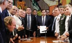 O presidente da Câmara, Rodrigo Maia (DEM-RJ) recebe do presidente da República, Jair Bolsonaro, a proposta da nova Previdência dos militares Foto: Carolina Antunes/PR / Agência O Globo