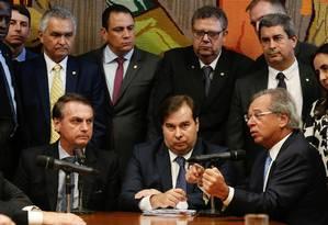Bolsonaro, Maia e o ministro da Economia, Paulo Guedes Foto: CAROLINA ANTUNES / AFP