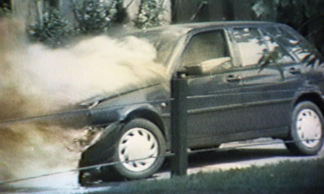 O Fiat Tipo de Eliana Goulart em chamas, no condomínio Novo Leblon Foto: Reprodução/TV