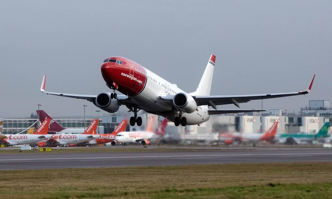 Avião da Norwegian decola do Aeroporto de Gatwick, em Londres, onde chegarão os voos da empresa saindo do Rio Foto: Simon Dawson / Bloomberg