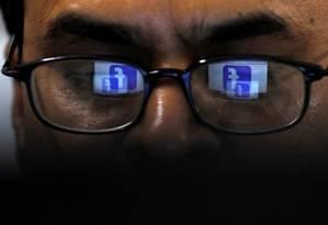 Logo do Facebook é refletido nos óculos de um usuário Foto: AKHTAR SOOMRO / REUTERS