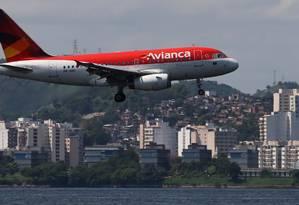 Avião da Avianca se prepara para aterrissar no aeroporto Santos Dumont, no Rio Foto: SERGIO MORAES / REUTERS