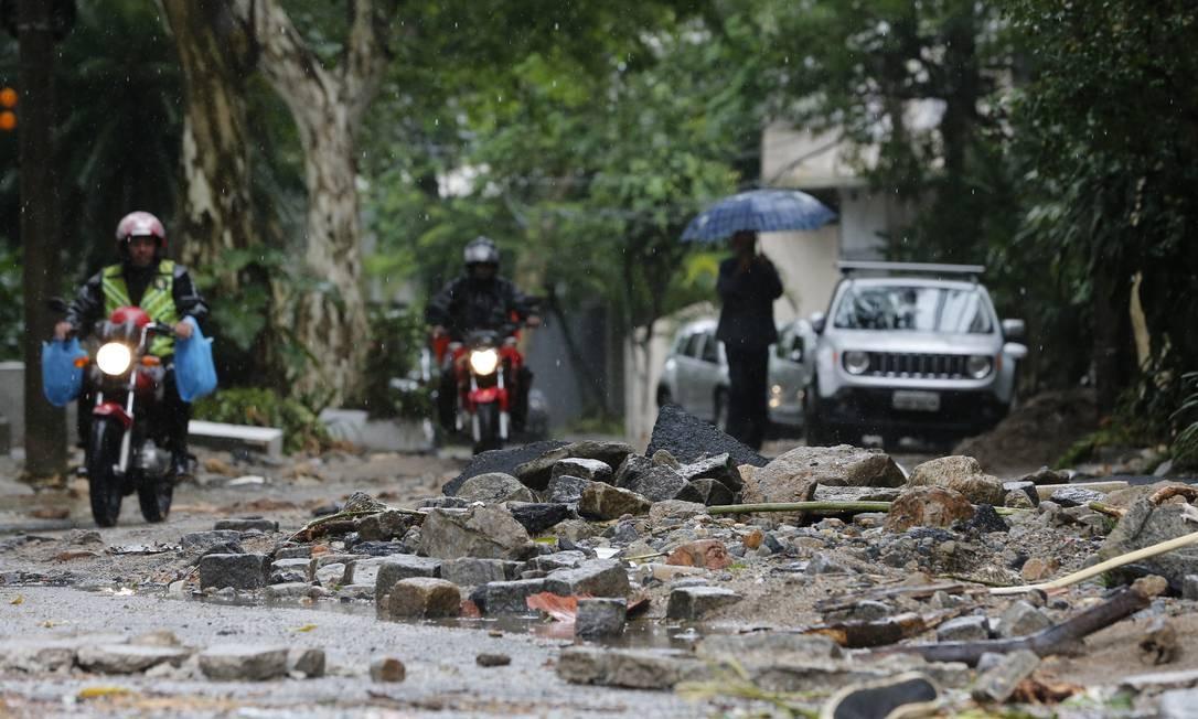 Chuva forte provoca alagmentos e estragos pela cidade Foto: Pablo Jacob / Agência O Globo