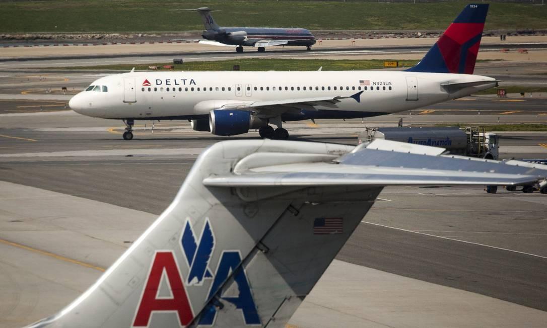 Aviões da Delta Airlines e da American Airlines no aeroporto de La Guardia, em Nova York Foto: Bloomberg / Bloomberg