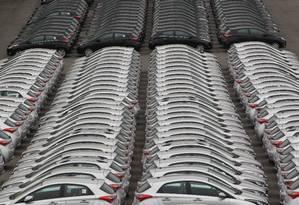 Veículos estacionados em uma montadora Foto: Marcos Alves / Agência O Globo