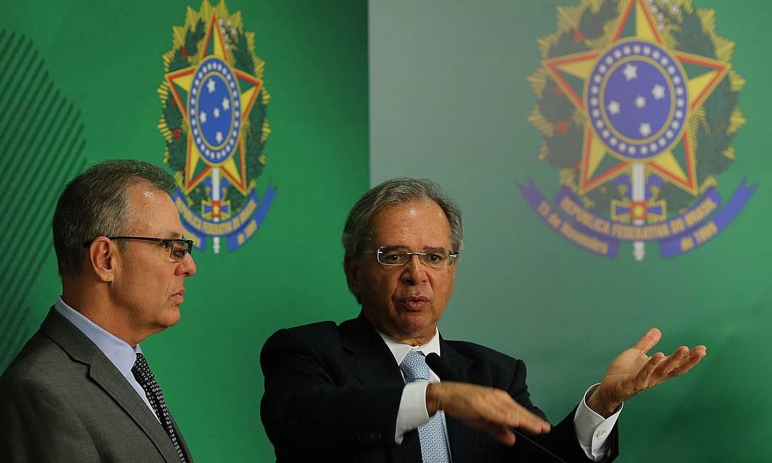 Entrevista dos ministros Bento Albuquerque e Paulo Guedes após reunião com Bolsonaro Foto: Jorge William / Agência O Globo