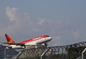 Avião da empresa Avianca decolando do aeroporto Santos Dumont, no Rio Foto: Marcos Ramos / Agência O Globo