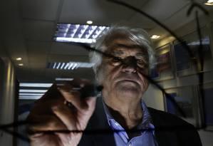 Professor da FGV Aloisio Araujo traça um gráfico com curvas de inflação Foto: Antonio Scorza / Agência O Globo