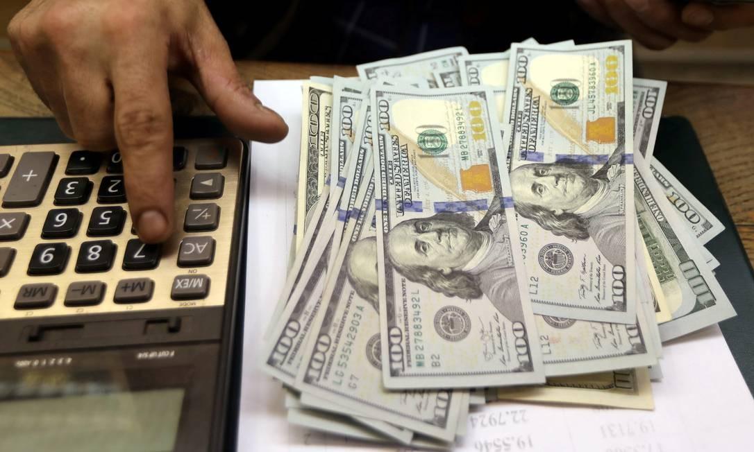 Cédulas de dólar, a moeda oficial dos Estados Unidos Foto: Mohamed Abd El Ghany / Reuters