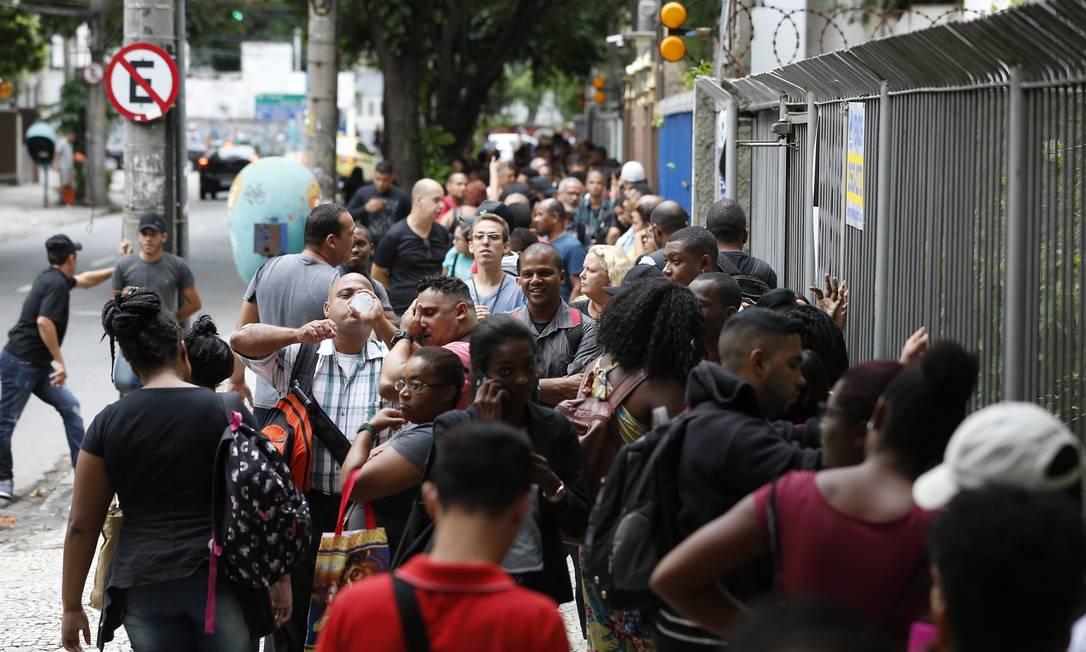 Fila de emprego no Maracanã, zona Norte do Rio Foto: Pablo Jacob / Agência O Globo